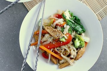 Home cooking doesn't get easier or more delicious than this Healthy Chicken Teriyaki Noodle Bowl! Plus it's ready in less than 30 minutes ;)